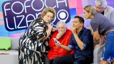 Elenco do Fofocalizando olhando o celular