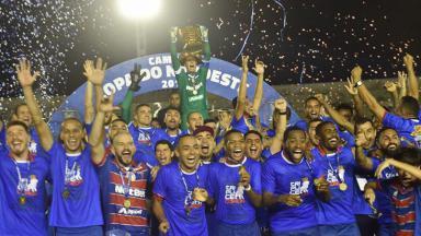 Fortaleza erguendo o troféu da Copa do Nordeste