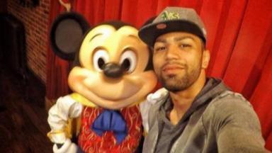 Gabigol ao lado de Mickey em foto