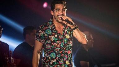 Gabriel Diniz cantando
