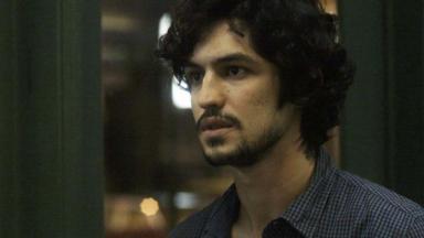 Gabriel Leone com cara de tenso em cena