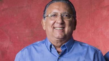 Galvão Bueno posa sorridente para foto