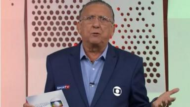 Galvão Bueno no estúdio da Globo narrando o jogo Flamengo x Palmeiras pela Supercopa do Brasil