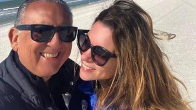 Galvão Bueno e Desirée na praia