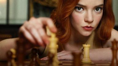 Elizabeth Harmon, personagem de O Gambito da Rainha, mexendo em xadrez