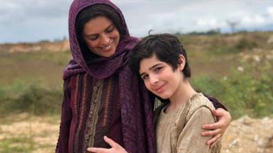 Raquel grávida com José tocando sua barriga