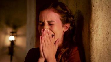Cena de Gênesis com personagem chorando com a mão no rosto