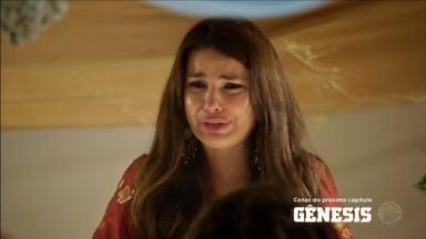 Raquel chorando