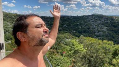 Geraldo Luís em meio a natureza comemorando cura da Covid-19