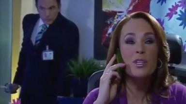 Germano na porta do escritório escuta Roberta falar ao telefone