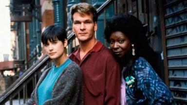 Demi Moore, Patrick Swayze e Whoopi Goldberg estrelam Ghost: Do Outro Lado da Vida, lançado há 30 anos