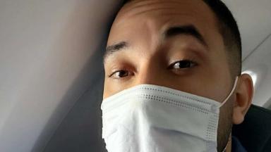 Gil do Vigor em selfie usando máscara dentro do avião