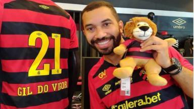 Gil do Vigor posa ao lado de camisa do Sport