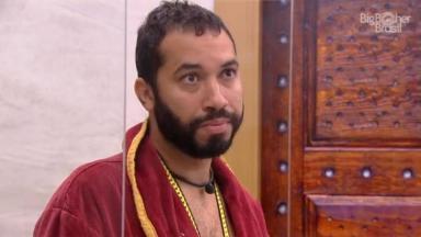 Gilberto Nogueira com roupão do líder no BBB21