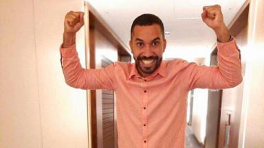 Gilberto Nogueira vribrando, com as mãos pra cima