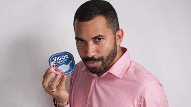 Gilberto Nogueira segurando Iogurte da Vigor