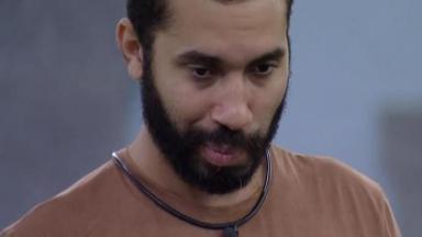 Gilberto com semblante pensativo no BBB21