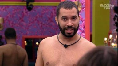 Gilberto conversando no quarto colorido do BBB21