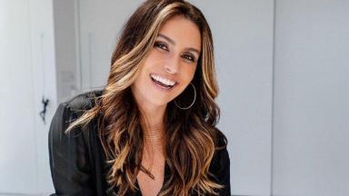 Giovanna Antonelli posada sorridente para foto