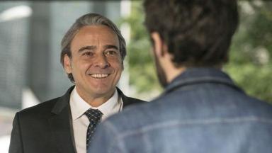 Aparício sorri enquanto olha para Giovanni