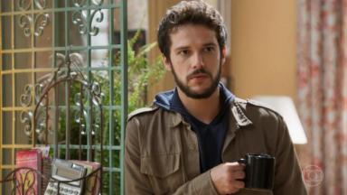 Giovanni com caneca na mão em Haja Coração