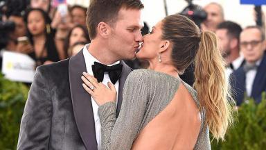 Tom Brady e Gisele Bündchen se beijando