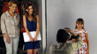 Cena de A Vida da Gente com Eva olhando Julia tirar foto