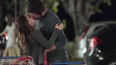 Cena de A Vida da Gente com Ana e Rodrigo se beijando em um estacionamento