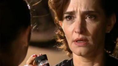 Vitória com olhar de indignação para Cecília enquanto segura um frasco de medicamentos