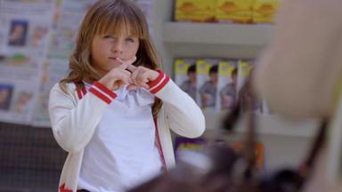 Júlia cruza os dedos em sinal de juramento para a avó