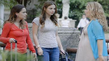 Cena de A Vida da Gente com Celina olhando para Ana, que está lado a lado de Alice