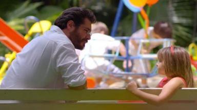 Lúcio e Júlia sentados em um banco de praça conversando