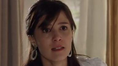 Cena de A Vida da Gente com Manuela olhando brava para frente com olhos marejados