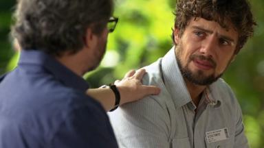 Lourenço com a mão no ombro de Rodrigo que chora