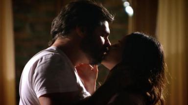 Lúcio e Ana se beijando
