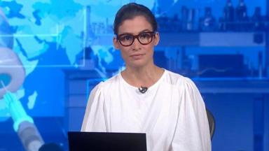Renata Vasconcellos séria na bancada do Jornal Nacional