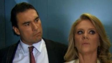 Cena de Amores Verdadeiros com Vitória olhando para Frente e Jose Angelo, ao lado, olhando para ela