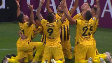Time do Guaraní comemorando gol