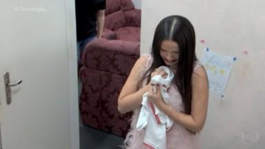 Juliette chorando segurando um pano em sua mão, durante o Domingão