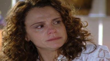 Dora encara Marcos com os olhos cheios de lágrimas