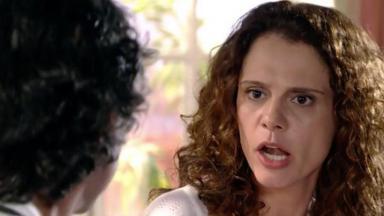 Dora com expressão de raiva encara Marcos