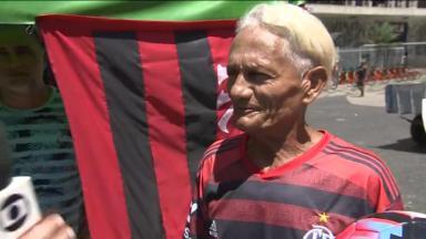 Torcedor do Fluminense com uniforme do Flamengo