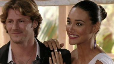 Taís sorridente ao lado de Marcelo