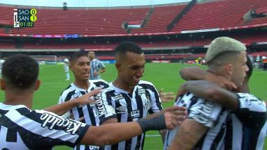 Jogadores do Santos comemorando o gol