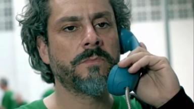 Alexandre Nero como Comendador em Império falando no telefone