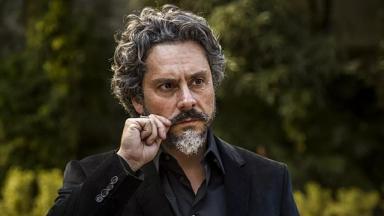 O comendador, da novela Império, com a mão no bigode