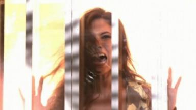 Carmen gritando durante explosão na galeria de artes