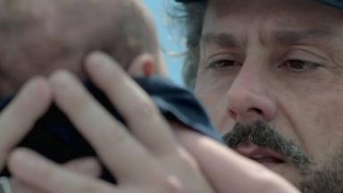 José Alfredo olha o neto enquanto segura o bebê