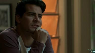Julio durante conversa com Malagueta em cena de Pega Pega