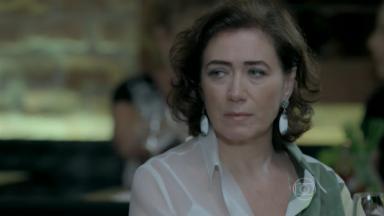 Maria Marta sentada em restaurante